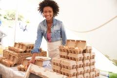 Donna che vende le uova fresche al mercato dell'alimento degli agricoltori Fotografie Stock