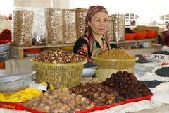 Donna che vende su un servizio, Samarcanda, l'Uzbekistan fotografia stock libera da diritti