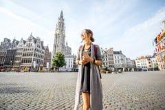 Donna che viaggia nella città di Antwerpen, Belgio Immagini Stock