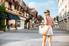 Donna che viaggia nella città di Deauville, Francia fotografia stock libera da diritti