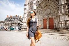 Donna che viaggia nella città di Nantes, Francia immagini stock