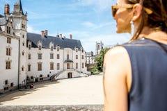 Donna che viaggia nella città di Nantes, Francia Fotografie Stock