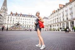 Donna che viaggia nella città di Nantes, Francia immagini stock libere da diritti