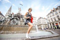 Donna che viaggia nella città di Nantes, Francia fotografia stock