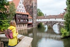 Donna che viaggia nella città di Nurnberg, Germania fotografia stock libera da diritti