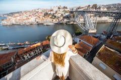 Donna che viaggia nella città di Oporto immagini stock libere da diritti