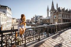 Donna che viaggia nella vecchia città del signore, Belgio Immagini Stock
