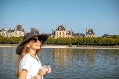 Donna che visita i giardini di Fontainebleau, Francia immagini stock