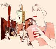 Donna che visita Marrakesh nel Marocco Immagini Stock
