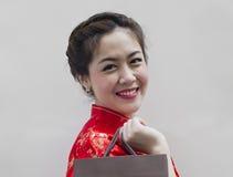 Donna in Cheongsam cinese rosso Fotografia Stock