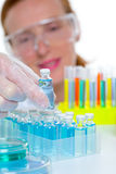Donna chimica dello scienziato del laboratorio con le bottiglie Fotografia Stock