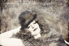 Donna in cilindro d'uso dell'erba Fotografie Stock