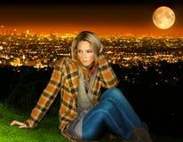 Donna in cima alla città Fotografia Stock