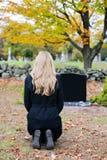 Donna in cimitero fotografie stock libere da diritti