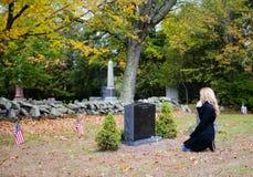 Donna in cimitero Fotografia Stock