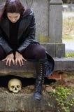 Donna in cimitero Immagine Stock