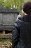 Donna in cimitero Immagine Stock Libera da Diritti