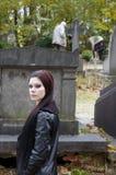 Donna in cimitero Fotografie Stock