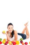 Donna cinese asiatica che mangia frutta Immagine Stock