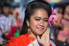 Donna cinese asiatica con la bandiera nel 115th drago dorato annuale Fotografie Stock