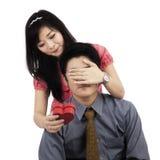 Donna cinese che dà sorpresa al ragazzo Immagine Stock