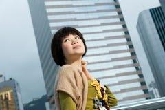 Donna cinese che ha divertimento all'aperto Immagini Stock Libere da Diritti