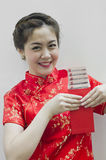 Donna cinese che tiene i sacchetti rossi Immagini Stock