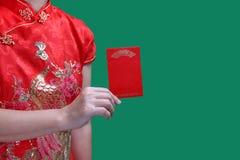 Donna cinese che tiene la busta del nuovo anno o bao rossa di hong Fotografie Stock Libere da Diritti