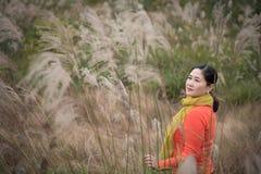 Donna cinese in cinese il fondo di Silvergrass fotografia stock