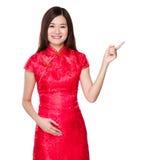 Donna cinese con il punto del dito su Fotografia Stock