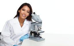 Donna cinese dello scienziato con il microscopio Fotografia Stock Libera da Diritti