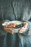 Donna in ciotola di lana della tenuta del maglione di porridge della noce di cocco del riso Fotografia Stock Libera da Diritti