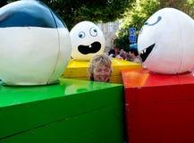Donna circondata dalle scatole colorate. Fotografia Stock Libera da Diritti