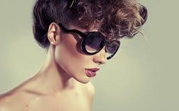 Donna classica sensuale con le labbra stupefacenti Fotografia Stock Libera da Diritti