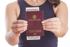 Donna colombiana con il passaporto Immagini Stock Libere da Diritti