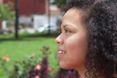 Donna colombiana di pensiero fuori in un parco Fotografia Stock Libera da Diritti