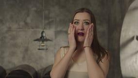 Donna colpita che si tiene per mano sul mento sorprendente stock footage