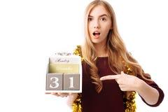 Donna colpita, con un calendario dal 31 dicembre in mani, su w fotografie stock libere da diritti