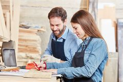 Donna come apprendista del carpentiere Fotografie Stock Libere da Diritti