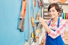 Donna come apprendista del carpentiere Immagine Stock