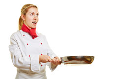Donna come cuoco del cuoco unico che frigge con una pentola immagini stock libere da diritti