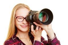 Donna come fotografo che prende le immagini Immagine Stock