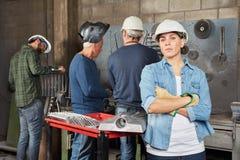 Donna come lavoratore confiident dell'apprendista di auto immagine stock