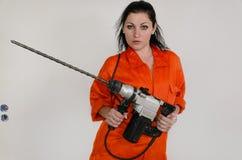 Donna competente con un trapano della muratura Fotografia Stock