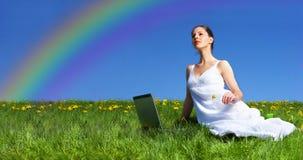 Donna, computer portatile e cielo blu Fotografie Stock Libere da Diritti