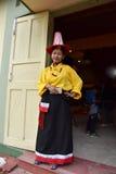 Donna con abbigliamento tradizionale Immagini Stock