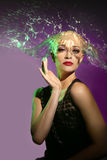 Donna con acqua che spruzza sulla sua testa sotto forma dei capelli immagine stock libera da diritti