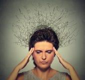 Donna con aggrottare le sopracciglia sollecitato preoccupato di espressione del fronte e cervello che si fonde nelle linee Fotografia Stock