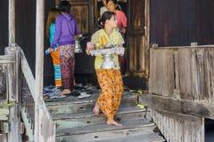 Donna con alimento Fotografia Stock Libera da Diritti