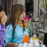 Donna con alimento Fotografie Stock Libere da Diritti